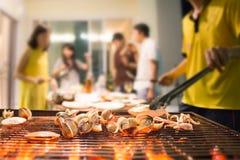 Foyer sélectif sur la partie rôtie de fruits de mer avec le fond brouillé Image stock