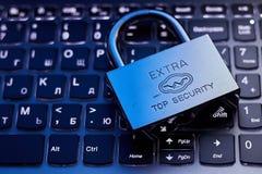 Foyer sélectif sur la serrure en métal sur le concept en ligne de sécurité de protection de l'information de confidentialité des  photo stock