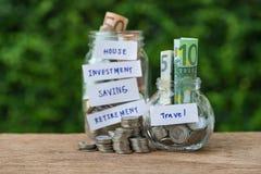 Foyer sélectif sur le pot de bouteille avec complètement de pièces de monnaie et de La de billet de banque images libres de droits
