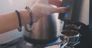 Foyer s?lectionn? sur les mains du barman professionnel poussant le bouton et tenant la poign?e de la machine de caf? clips vidéos