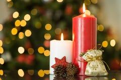 Foyer sur des bougies et des décorations de Noël Photo libre de droits