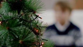 Foyer sur l'arbre de sapin pour Noël banque de vidéos