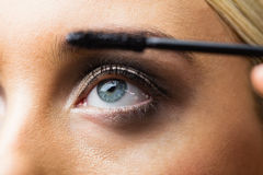 Foyer sur le maquillage de yeux avec les yeux ouverts Photographie stock libre de droits