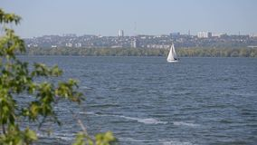 Foyer sur le mouvement blanc de voilier sur la rivière clips vidéos