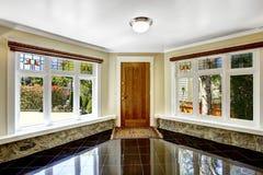 Foyer z czarną błyszczącą dachówkową podłoga i kamień żyłujemy pod windo Zdjęcie Stock