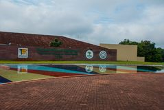FOZ FA IGUACU, BRASILE: Segni all'entrata delle cadute di Iguacu, parco nazionale Entrata benvenuta della parete Il più grande si fotografie stock libere da diritti