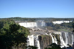 Foz font des automnes d'Iguaçu, des cascades et le ciel bleu photographie stock