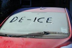 Fozen Auto mit enteisen auf Frontscheibe. Lizenzfreies Stockbild