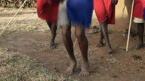 60fps étroitement a tiré des pieds et des jambes des guerriers de maasai sautant et dansant à un village près du maasai Mara, Ken banque de vidéos