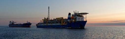 FPSO och anslutningstankfartyg i Nordsjön royaltyfria bilder