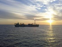 FPSO producerend olie stock afbeelding