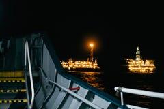 FPSO-tankfartygskyttel n?ra rigg f?r olje- plattform arkivbilder