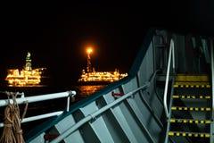 FPSO-tankfartygskyttel n?ra rigg f?r olje- plattform arkivbild