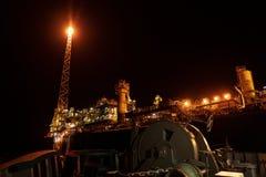 FPSO-tankfartygskyttel n?ra rigg f?r olje- plattform royaltyfri bild