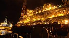 FPSO tankowa naczynie blisko platforma wiertnicza takielunku przy nocą Na morzu ropa i gaz przemysł zbiory wideo