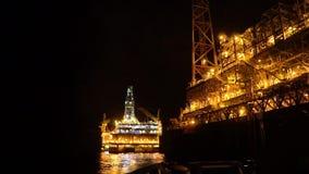 FPSO tankowa naczynie blisko platforma wiertnicza takielunku przy nocą Na morzu ropa i gaz przemysł zbiory
