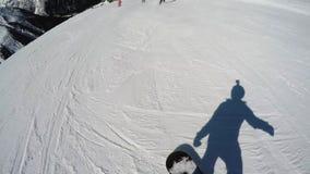 FPV在小山下的挡雪板倾斜 挡雪板的阴影 初学者水平 行动照相机在挡雪板的盔甲 股票视频