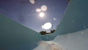 FPV :滑下来在aquapark的年轻人 慢的行动 影视素材