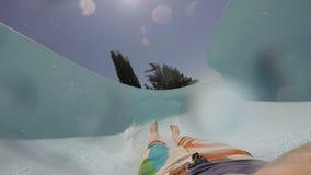 FPV :滑下来在aquapark的年轻人 股票视频