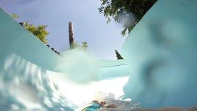 FPV :滑下来在aquapark的年轻人 影视素材