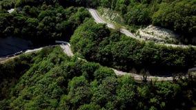 FPV LKW halb, der entlang die Gebirgsstraße durchläuft Waldlandschaft in der Landschaft fährt f stock video footage