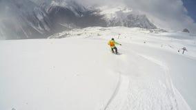 FPV pi? slier fare video dello snowboarder che pende gi? la collina sulla polvere della neve Giorno soleggiato in montagne nevose video d archivio