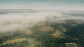 FPV sköt av flyg ovanför moln över den Umbria regionen, Italien stock video