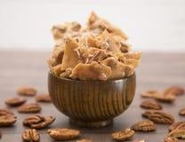 Frágil de amendoim em uma tabela de madeira imagens de stock