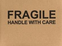 Frágil dirija con la etiqueta de la etiqueta de cuidado Foto de archivo libre de regalías