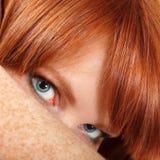 Fräknar för teen flicka för framsida redheaded härliga Arkivbilder