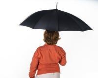 Fräknig röd-hår pojke med paraplyet. Arkivbild