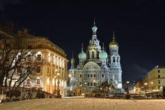 Frälsare för nattvinterkyrka på blod i St Petersburg Royaltyfri Bild