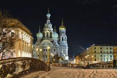 Frälsare för nattvinterkyrka på blod i St Petersburg Royaltyfri Fotografi