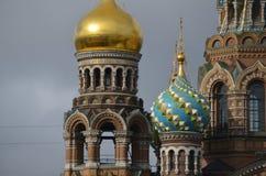 Frälsare på den spillda blodkyrkan Färgrika kupoler Arkivbild