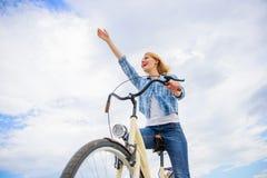 Främja cykla infrastruktur Cykla kultur och infrastruktur För framsidanågot liknande för flicka lycklig cykel för ritt cykel arkivfoton