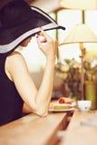 Främling i ett kafé Royaltyfria Bilder