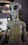 Främling på det Roswell ufomuseet Arkivfoton