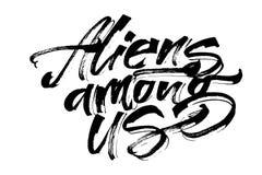 Främlingar bland oss Modern kalligrafihandbokstäver för serigrafitryck Arkivfoto
