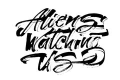 Främlingar som håller ögonen på oss Modern kalligrafihandbokstäver för serigrafitryck Arkivfoton