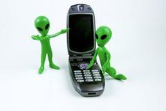 Främlingar som kallar på mobiltelefonen Arkivfoton