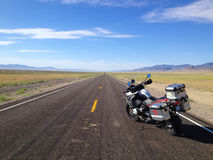 Främmande huvudväg Nevada nära område 51 Fotografering för Bildbyråer