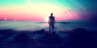 Främmande landskap med mannen på stranden fotografering för bildbyråer