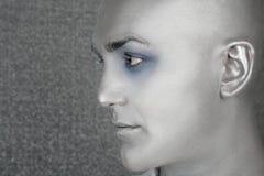 främmande utomjordisk silver för manståendeprofil Arkivfoto