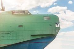 Främre del av den gamla amhibian nivån mot blå himmel Flygplan för tappninganti--ubåt militärt hydroplane tonat Fotografering för Bildbyråer
