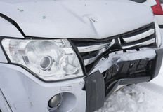 Främre del av den kraschade bilen Vinter Royaltyfria Foton