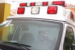 Främre del av en ambulans som söker efter patienten Arkivfoton