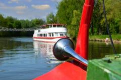 främre del av flodskeppet, på floden Royaltyfria Bilder