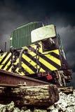 Främre detalj av den gamla lokomotivet på bakgrund av stormmoln Arkivbilder