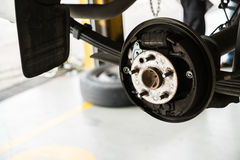 Främre diskettbroms på bilen i process av det nya gummihjulutbytet arkivfoton
