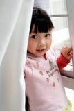 främre fönster för asiatiskt barn Arkivfoton